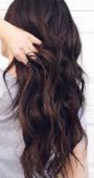 Parul brunetelor poate sa fie purtat si pe spate